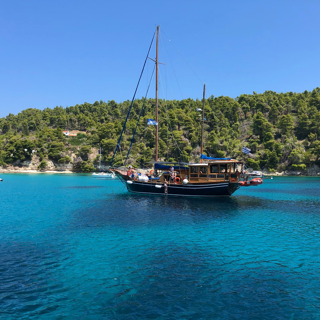 A beautiful day on a boat around Alonnisos. Fantastic island, sleepy but stylish. Great for couples. #alonnisos #greekislands #summerholiday #greece #sporades #islandlife #boattrip