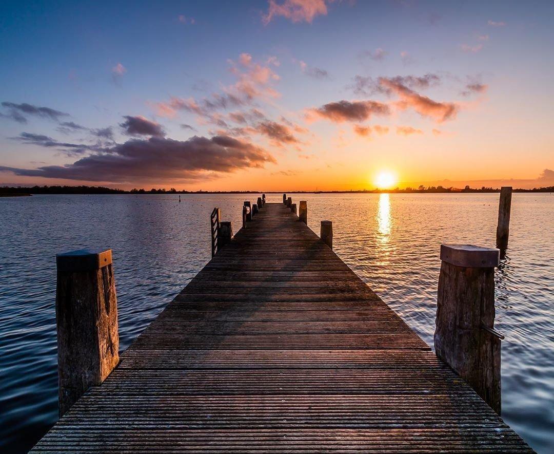 Perfect begin van je nieuwe week toch? 😃 • • • 📸: sabinavandijk #waddenzeewerelderfgoed #unesco #wadden #waddengebied #naturelovers #nature #visitwadden #waddenzee #waddeneiland #waddensea #zee #sea #natuurgebied #lauwersmeer #groningen #waddenkustgroningen #sunset #zonsondergang #prachtig #genieten #week #nieuweweek #maandag #monday