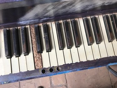 We love that these pianos have all had a full life before coming to us. The history and music that lives in these instruments is not unlike the music and history of the Shoals. . . .  #florence #florenceal #florencealabama #keepflorencefunky #freeartflorence #florencedoesntsuck #theshoals #shoals #myuna #unalions #roarlions #thisisalabama #alabama #muscleshoals #florenceforever #flotown #tuscumbia #sheffield #shoalsstreetpianos #shoalsstreetpiano