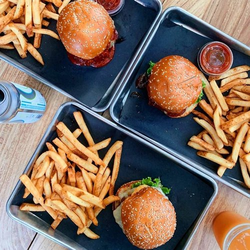 Happy Sunday! First day under 90 degrees since who knows when so we're celebrating with burgers and beer obviously 🙄 . Open at noon for lunch in PVD, bring a friend. Resys available! #chompri #warrenri #providence #lunch 📸: @karolyn.eats