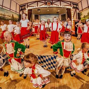 Folklorama - Deutschland Pavillion Kids in traditionellen deutschen Outfits mit einer Songnummer.  #winnipeg # folklarama2016 #deutsch #kids #song