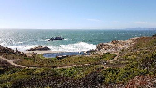 Nicht allzu weit entfernt vom Golden Gate Park befindet sich das Sutro Baths. Hierbei handelt es sich um eine historische Sehenswürdigkeit aus dem Jahr 1896. Dieses war damals das größte Hallenbad der Welt. Nach einem Großbrand sind heutzutage lediglich nur noch die Ruinen übrig, die die Besuchenden dort besichtigen können.  #sutrobaths #sanfrancisco #california #sunset #travel #usa #visitcalifornia #lovesf #california_igers #sf #travelsf #bayarea #reisen #reiselust #wanderlust #travelblogger #fernweh #sutrobathsruins #reisenistschön #reisenistliebe #reisenmachtglücklich #roadtrip #westcoast #view #reiseblogger_de #igerssf