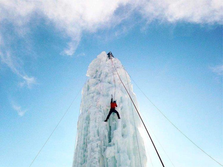 去年这个时候Seb和我在温尼伯爬了一堵冰墙。 这件事是我的珠穆朗玛峰,但我踢了它的💪🏼🏋️♀️#iceclimbing #winnipeg #discovermb #fromhereandaway #exploremb