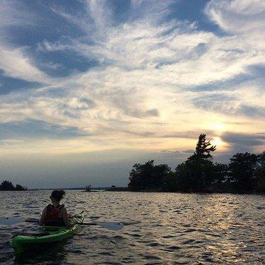 What a beautiful night on the water 🛶 #lastnightpics #nofilterneeded #wednesdayfeels #kayaking #waterlovers #beautifulviews #sunsetvibes #summertime #ontariosummer #justplay @kingston_ssc @ermccracken