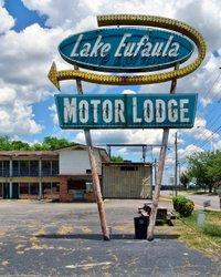 Eufaula, Alabama #ontheroad #roadtrip #alabama #sweethomealabama #sign #signage #advertisement #everything_signage #neonsign #ipulledoverforthis #signpole #motel #motelpole #vintage #abandoned #motorlodge #lakeeufaula #americana #americanlandscape #usa #nikon