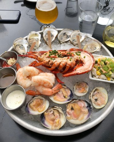 . Seafood Dinner! 🍽 . . . . . #midtown#oysterbar#fresh#local#seafood#dinner#lobster#oysters#shrimp#littleneck#clams#beer#lobsterroll#newport#rhodeisland#oyster#bar#저녁식사#미국#로드아일랜드#뉴포트#오이스터바#굴#새우#대합#랍스터#로컬#씨푸드#저녁#식사