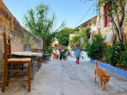 Photo by andrascarlett, caption reads: #athens #oldstreet #catsofathens #kids #tourists #anafiotika