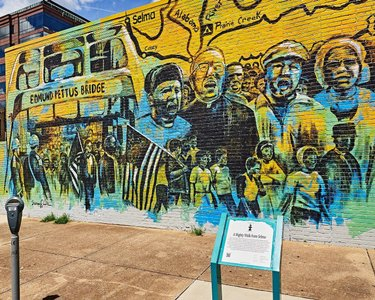 A beautiful mural by Sunny Paulk commemorating the 50th anniversary of what has become to be known as Bloody Sunday and the civil rights marches that ensued. ____ ______ ________ #civilrights exploremgm #mymgm #sweethomealabama #alabamatravel #urbanphotography #montgomeryal #montgomery  #ricklewisphotography #editorial #editorialphotography #onlyinalabama #alabamaliving alabama_living alabamaphotographers  cotton_state meetmontgomery