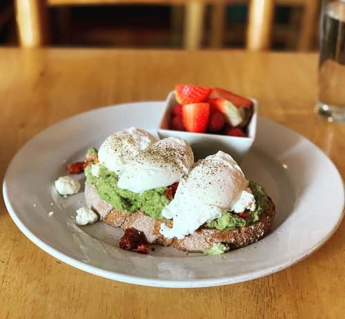 Revisiting my original post workout Newport Cafe roots @cornercafenewport . . . #avocadotoast  #poachedeggs  #berries #fuel  #protein  #monos #carbs