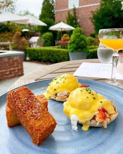 lobster benedict 🦞 from the gwynne at @vanderbiltrhodeisland   📸: @hashtagnicole