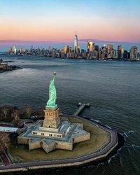 29 de Janeiro é o plano nacional para o dia de férias — e NYC é o lugar perfeito para compensar o tempo perdido. 🔗 Link em bio para os melhores eventos anuais de NYC! 📷: @4th.photo ✏️🗓 #PlanForVacation #NationalPlanForVacationDay #visitNYC #seeyourcity #NYCgo #StatueOfLiberty #NewYorkCity @ustravel_association #travelamerica