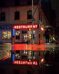"""Acesse o link na bio para conhecer os 15 episódios mais novaiorquinos de Seinfeld. 📺 e mesmo que ela está listada no Instagram como """"Cafe de Seinfeld"""", seu nome real é o restaurante de Tom. 📷: @maximusupinnyc"""
