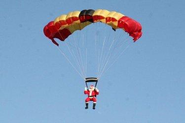 Santa Claus is coming to town! Observe St. Nick parachuting to our sandy beaches December 14 at 11 am. . . . . . #hotelindigoOBA #ColorOfDiscovery #GulfShoresAlabama #OrangeBeachAlabama #ThisIsAlabama #traveltheworld #GulfShores #HotelIndigo #OrangeBeach