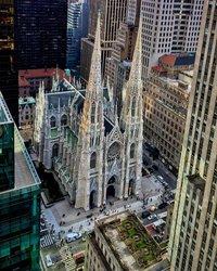 Um ponto de vista de Rockefeller #saintpatrickscathedral #fifthavenue @rockcenternyc #rockefellercenterrooftopgarden #todayslocation #lookingdown