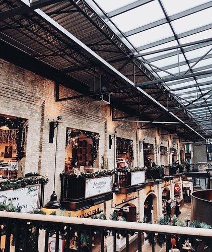 位于温尼伯的福克斯酒店已成为一个拥有6000多年历史的聚会场所,与这一传统保持一致,现在是一流的餐厅,当地工匠和零售商的家园,等待着来自各地的游客。 在十二月,假日市场和魔术更加活跃。 📸:ashlyn.unrau•••#winnipeg #onlyinthepeg #theforks #meetmeattheforks #winnipegmanitoba #manitoba #winnipegmb #travelmanitoba #travelcanada #explorecanada #discovercanada #choicehotels #ChoiceHotels_Canada