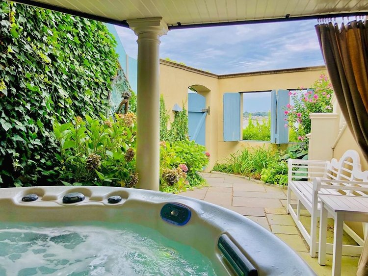 Our Ocean Villa's offer: ✔️Spectacular views of and sounds from the Atlantic Ocean ✔️A private courtyard with a hot tub and steam sauna  ✔️An exterior entrance