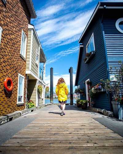 @v.duplain wandering through the floating homes of Fisherman's Wharf – a fabulous spot to grab a bite, do a little shopping, depart on a marine adventure or simply take in the beautiful scenery of Victoria, British Columbia's capital city. #ExploreVictoria #ExploreCanada @v.duplain se balade à travers les maisons flottantes de Fisherman's Wharf – un superbe endroit pour casser la croûte, faire un peu de magasinage, se joindre à une excursion marine ou tout simplement admirer les magnifiques paysages de Victoria, la capitale de la Colombie-Britannique  #ExploreBC
