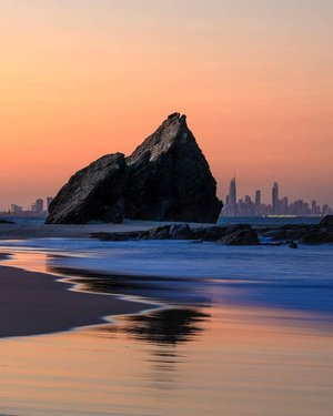 As the sun sets on our amazing skyline, you're spoiled for choice when it comes to the view you can choose across the Coast. 🌆 One of the most stellar however is that of the sight at Currumbin Beach, taking in the iconic Currumbin Rock. Head here between 5:30pm-6:30pm for views as dreamy as these. 💫 After you've farewelled the day, check out the @sanctuarymarkets on Tomewin Street (every Friday afternoon), catch an award-winning brew courtesy of @balterbrewers or enjoy the seafood platters at @currumbin_slsc. Where will we meet you?🍻 #WeAreGoldCoast #thisisqueensland #SeeAustralia @queensland 📸@seanscottphotography