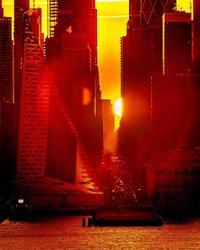 Segunda tomada do Manhattanhenge. Este foi o #manhattanhenge visto pelo lado oposto, na 57th street. No verão, há 4 dias em que o pôr do sol estará alinhado ao horizonte de New York City, nos meses de maio e julho. No inverno, o nascer do sol estará alinhado ao horizonte da cidade nos meses de dezembro e janeiro.  Foi um pôr do sol incrível! Um único clique com a sonyalpha a7R3 + sigmaphoto 100-400 em F/8 de 1/400 ISO 100 em 300mm #ig_nycity #sunrise #sonyimages #sonyalphasclub #bealpha #nbc4ny #citygrammers #sonyalpha #way2ill #theimaged #icapture_nyc #instagram #timelapsevideo #UAS10K #nypostnyc #Agameof10k #rustlord_unity #sunrise_sunset_photogroup #instagood10k #artofvisuals #killyourcity #serialshooters #nycprimeshot #what_I_saw_in_nyc #seemycity #abc7eyewitness #fox5ny