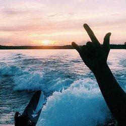 🤟🏽 • 📸: tanner_cannon • #lake #lakemartin #lakemartinalabama #lakemartinlife #lakelife #sunset #alabama #alabamalife #thisisalabama #sweethomealabama