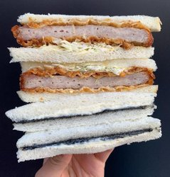 """Wie viele Milch Brot Sandwiches in einem Tag ist zu viel? Fragen für mich. Huhn-Katsu eines an der Spitze von @davidchang von @peachmart.xyz in @hudsonyards ist groß, aber Wow das """"Black & White"""" nehmen auf einem PB & J ist eines der besten Dinge, die ich gegessen habe, in diesem Jahr 🥪🥪👌🏽👌🏽👌🏽👌🏽 #peachmart #hudsonyards"""