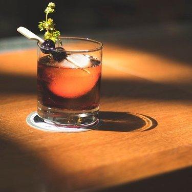 我们为传奇鸡尾酒课增添了新的约会! 加入我们的八月和九月,学习如何制作一些特殊的工艺鸡尾酒(并享受美好时光 - 鸡尾酒!)。 点击我们生物中的链接购买! #Winnipeg #Bartender #Cocktail #CraftCocktail #CocktailClass #Summer #WinnipegSummer #CraftDistillery #Manitoba #WgNow #Mb #Wpg