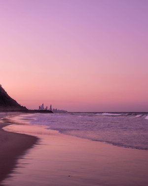 It's hard to go past the soft, pink hues of North Burleigh Beach. 💖 Looking insta-worthy come sunset, you'll find this spot in-between the headland at Miami and the iconic suburb of Burleigh Heads. 🌊 Our tip? Take a jog along the path, enjoy the view atop of the lookout, cool off with a swim before grabbing a drink and dinner at @north_burleigh_surf_club. 🍝 #WeAreGoldCoast #thisisqueensland #SeeAustralia @queensland 📸 @katiejonesimages