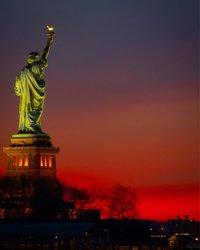 Die Statue of Liberty an einem ROYGBIV Morgen! 🌈...... #newyork #newyorkcity #unlimitednewyork #citybestpics #ilovenyc #city_explore #travelnyc #cityscape #picturesofnewyork #seeyourcity #topnewyorkphoto #just_newyork #what_i_saw_in_nyc #nyc_explorers #newyork_instagram #newyork_bestshots # Timeoutnewyork #hellobigapple #usaprimeshot #statueofliberty #nycprimeshot #sunrise #firesky #skyfire #libertystatepark #ig_nyc #ig_nycity #agameoftones #nyc