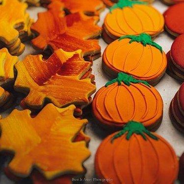 Happy Fall everybody! #fall #autumn #canada #ottawa #ottawaphoto #cookies #leaves #pumpkin #gatineau #outaouais #myottawa #travel #lemoulindeprovence #xpro1 #bustitawayphotography #explorecanada #excellentshots #narcityottawa #love #mycanada #unlimitedcanada #fujifilm